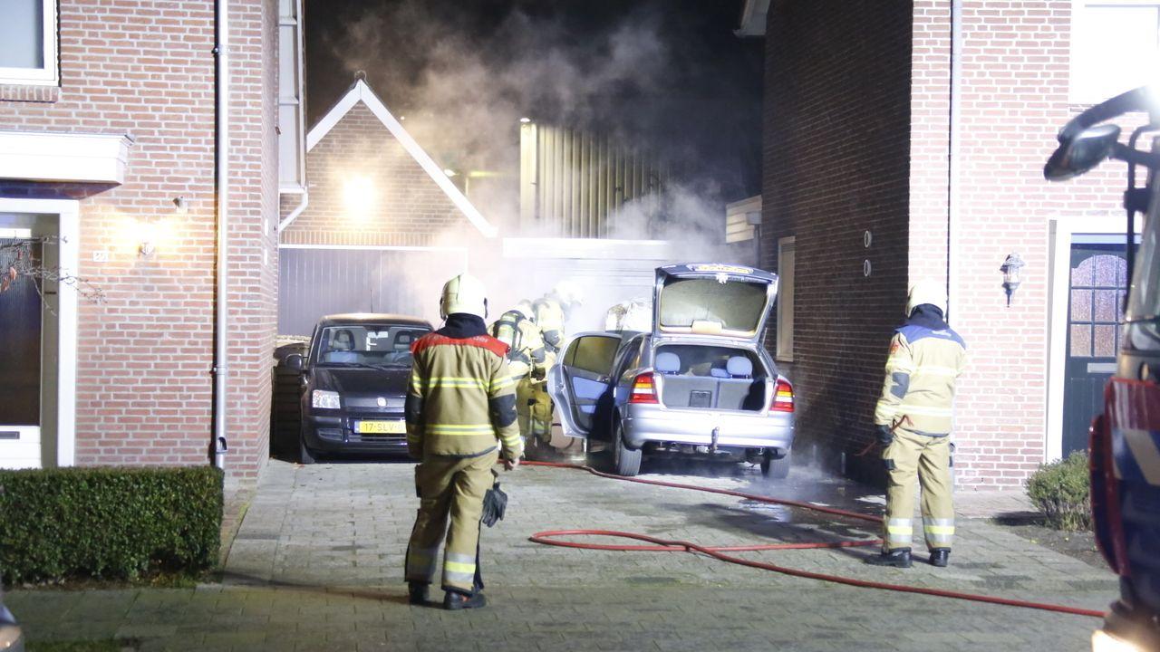 Geparkeerde auto naast een huis vliegt in brand in Veghel