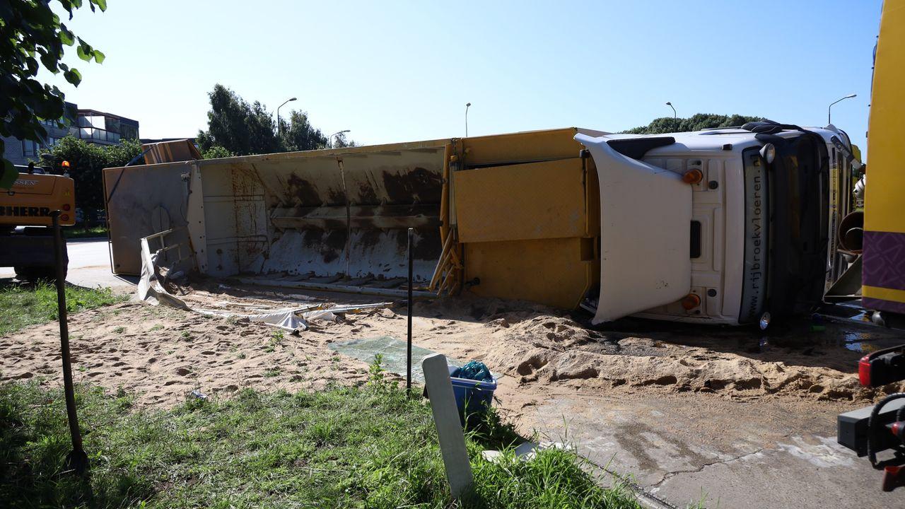 N264 weer open na gekantelde vrachtwagen met cement
