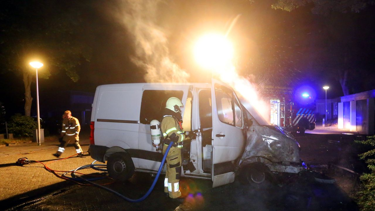Bestelbus in vlammen op in Den Bosch