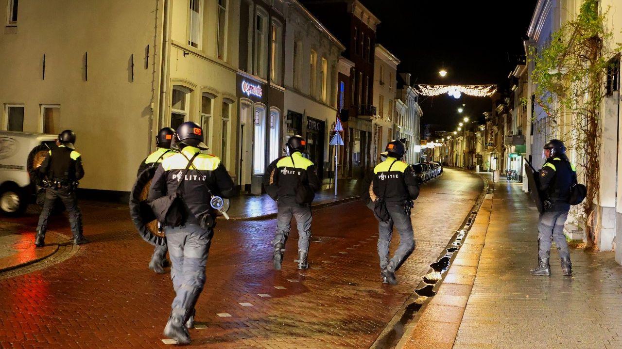 Politie houdt minderjarige jongen aan voor Bossche avondklokrellen