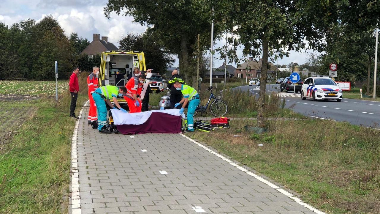 Fietser zwaargewond naar het ziekenhuis na aanrijding met scooter op Volkelseweg