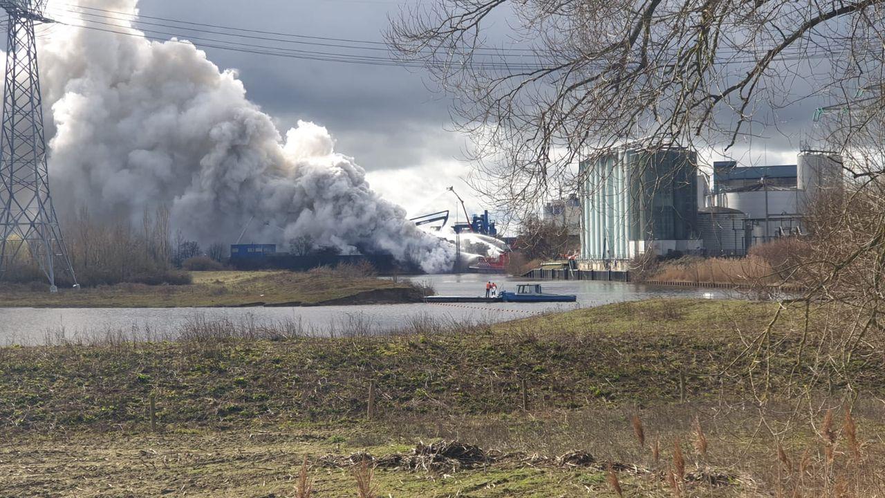Brandweer gestopt met blussen op Rietveldenkade, bedrijf neemt het over