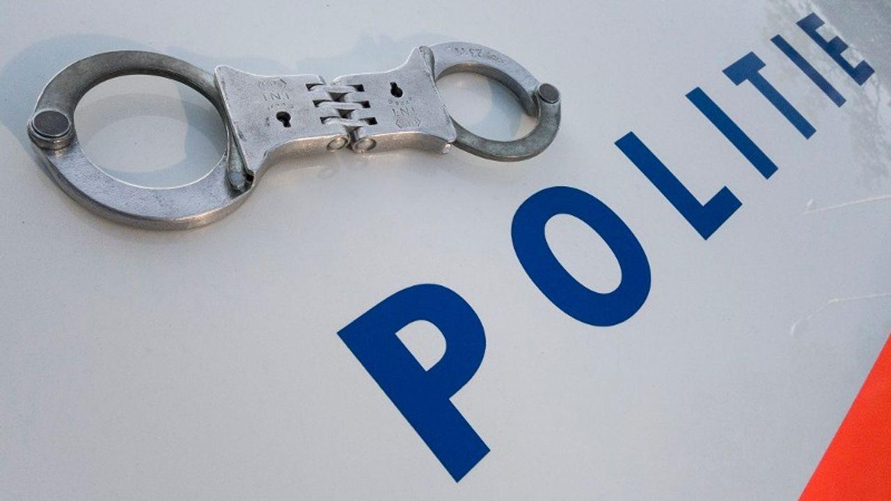 Ossenaar gepakt met nepwapen en drugs in onderbroek