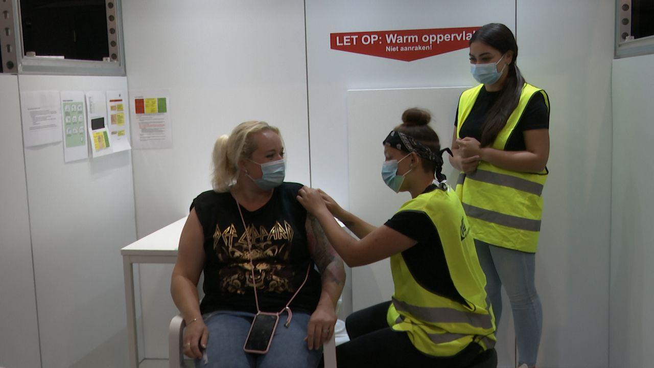 KW1C-studenten helpen met vaccineren: 'Na de eerste paar prikken gaat het eigenlijk heel soepel'