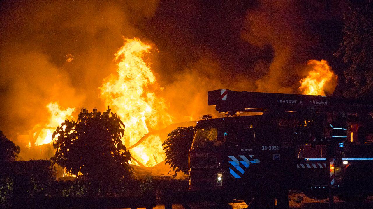 Grote brand legt interieurbedrijf volledig in de as