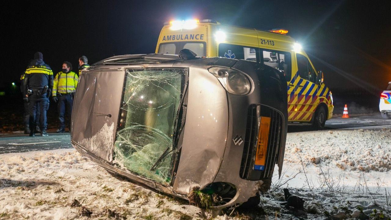 Bestuurder over de kop bij ongeval op Gewandeweg