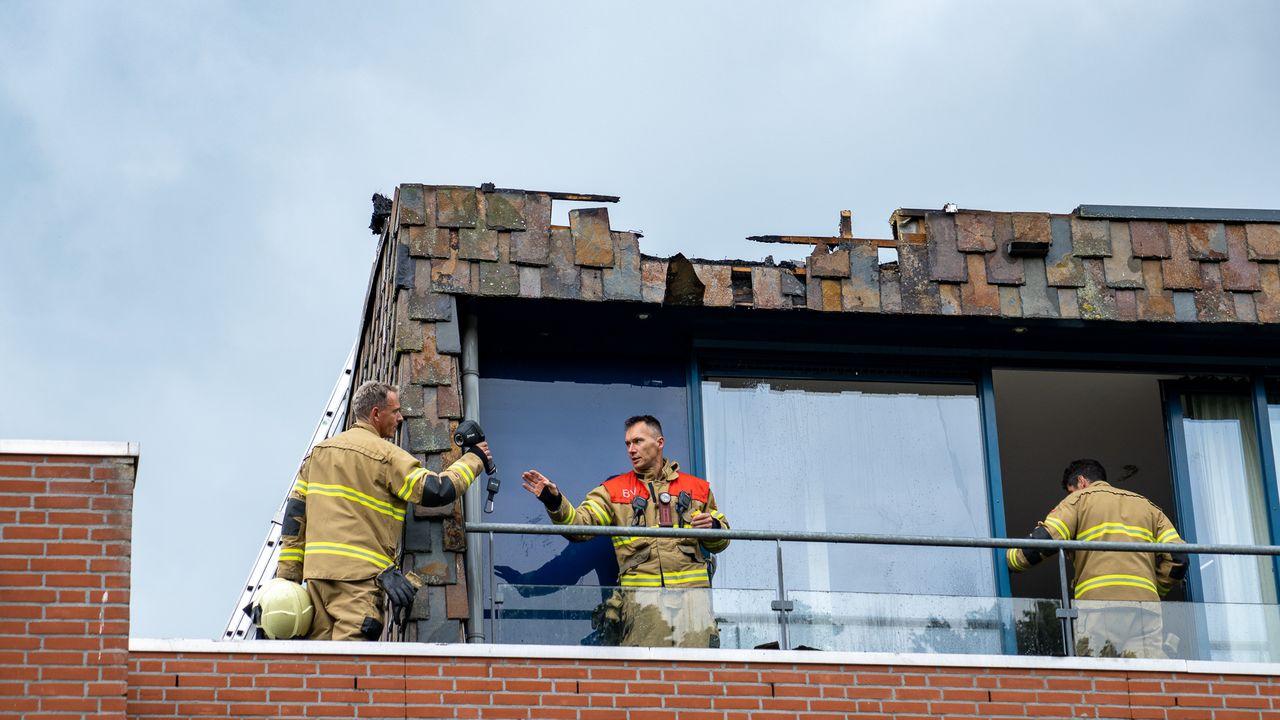 Dak van een woning vliegt in brand in Den Bosch