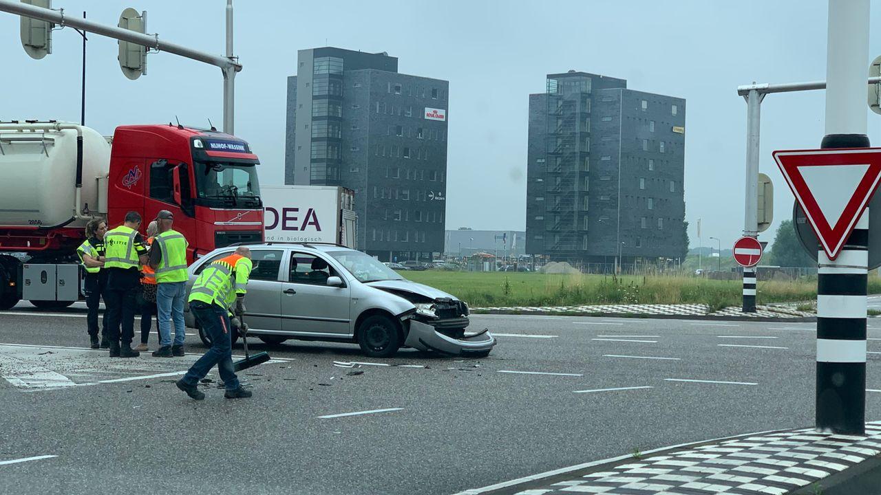 Opnieuw botsen auto en vrachtwagen op Eerdsebaan