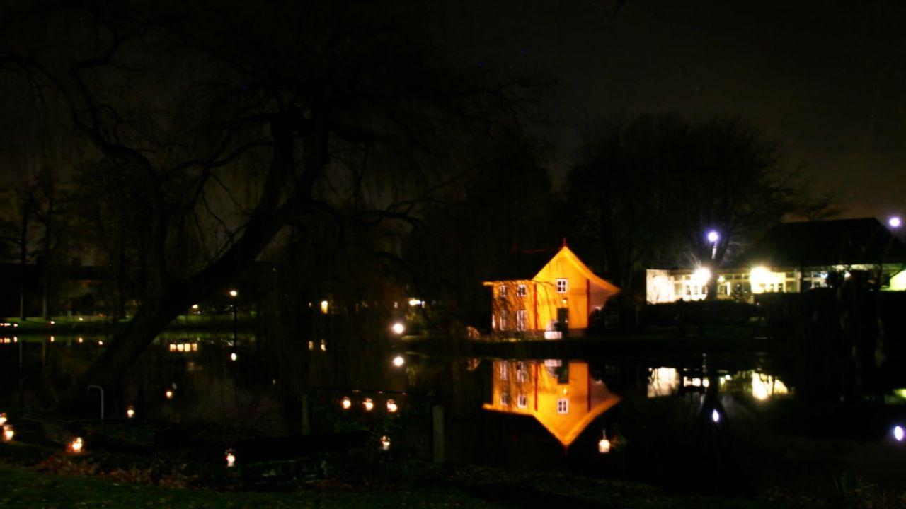 Kaarsjes en kerstboodschappen rondom Ravensteins water; 'Het is gewoon fantastisch mooi!'