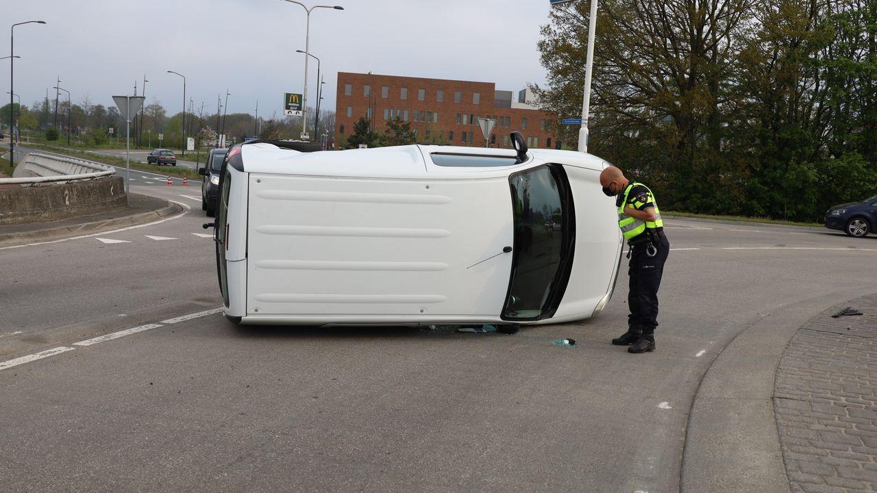 Bestelwagen raakt op zijn kant bij ongeval in Uden