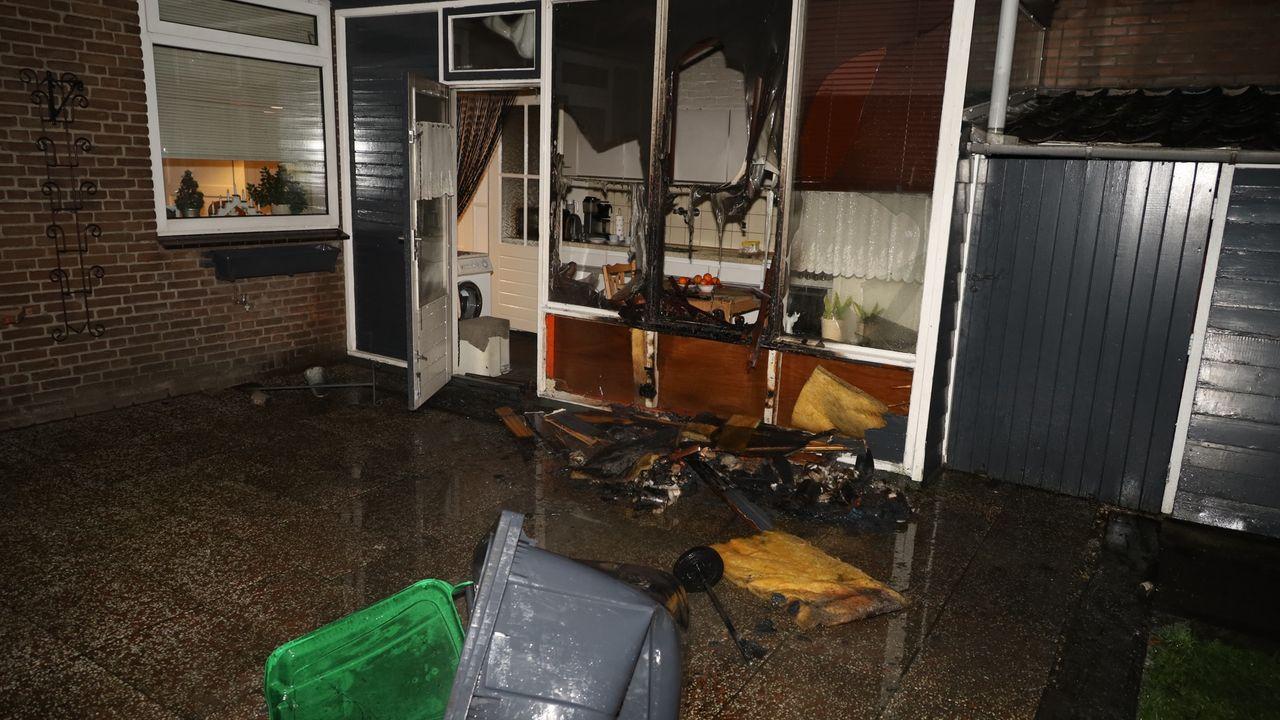 Kliko die tegen woning staat vat vlam in Odiliapeel, buurman beperkt schade