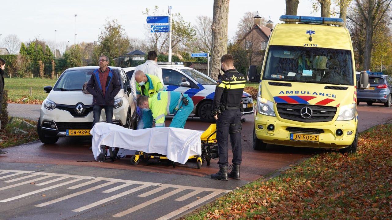 Fietsster gewond na botsing met auto in Geffen