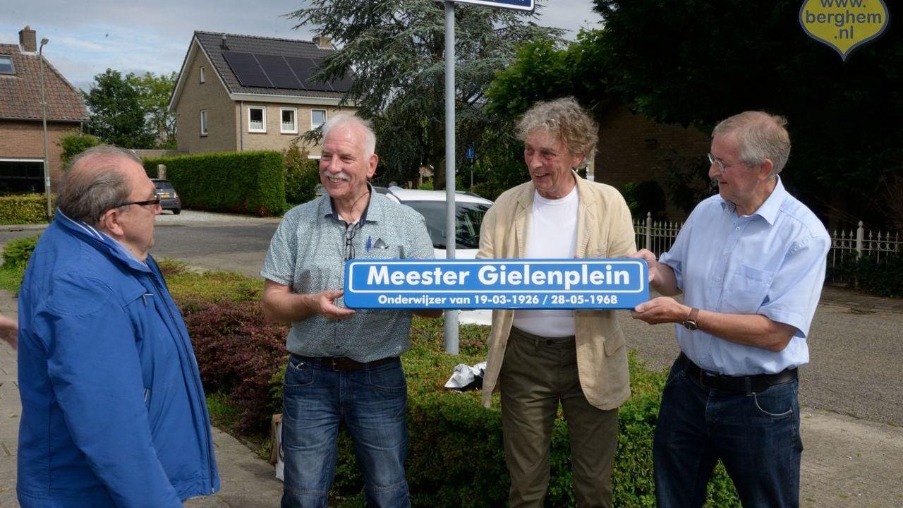 Naam 'Meester Gielenplein' blijft, actievoerders in het zonnetje gezet