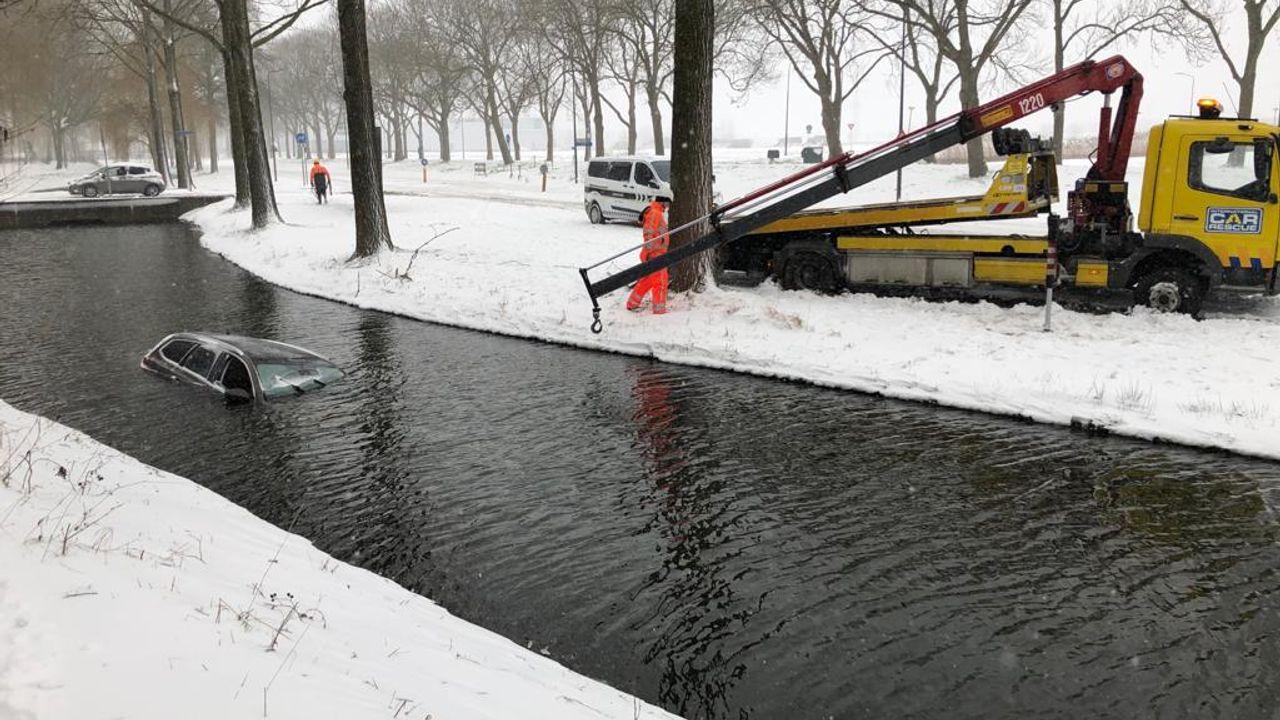 Auto glijdt sloot in aan Laaghemaal in Rosmalen, bestuurder komt met schrik vrij