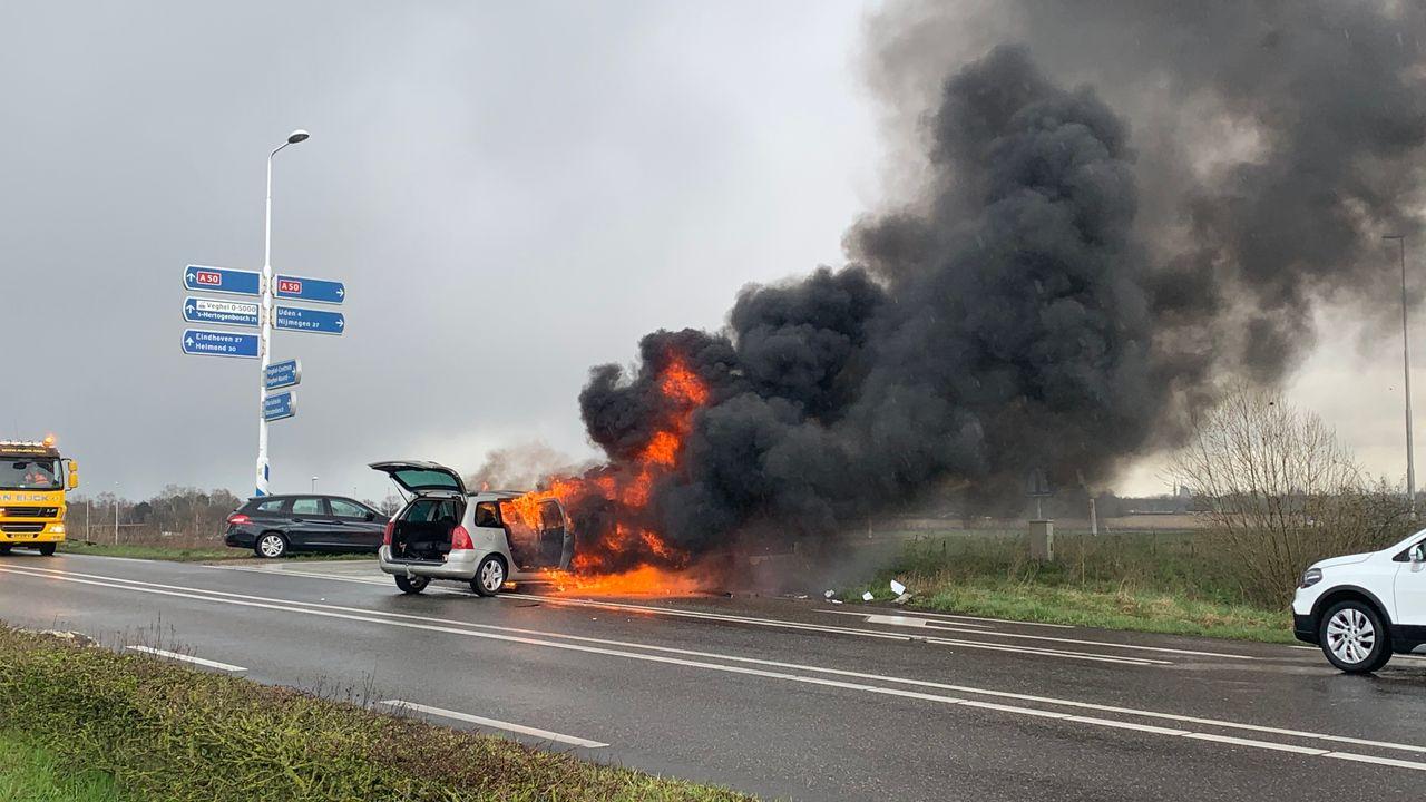 Auto's uitgebrand na frontale botsing in Veghel