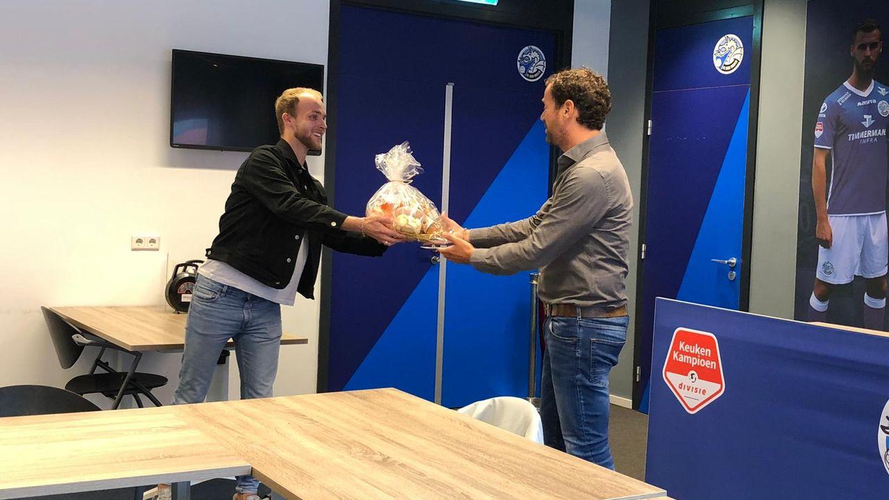 Voorzitter FC Den Bosch krijgt Keti Koti pakket overhandigd: 'Heel goed dat dit gebeurt'