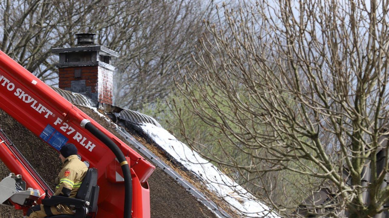 Rietenkap van bijgebouw in brand in Heeswijk-Dinther
