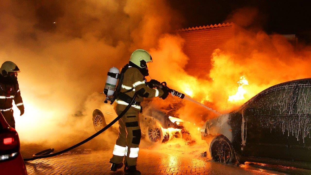 Twee auto's in vlammen op  in Den Bosch