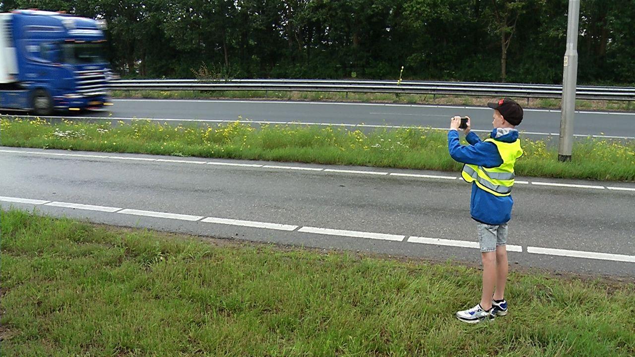Julian (9) spot vrachtwagens langs de snelweg; 'Ik vind het gewoon leuk!'