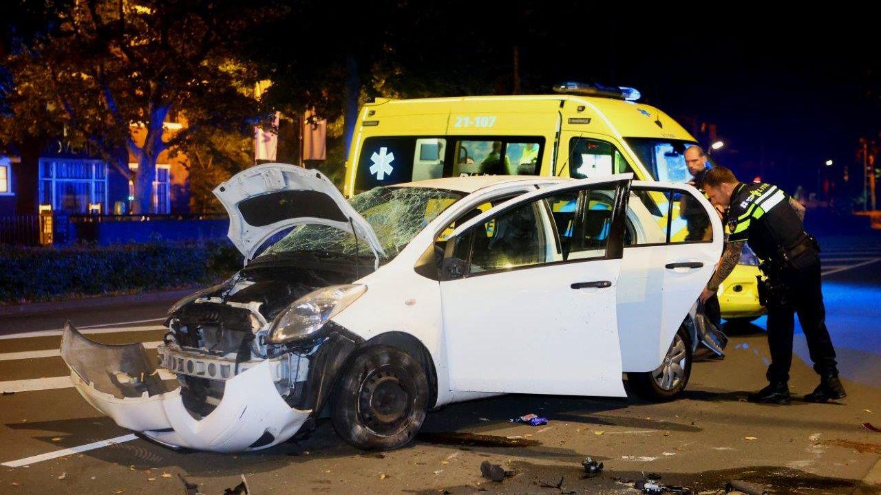 Auto flink beschadigd na verkeersongeval op de Koningsweg in Den Bosch, bestuurder aangehouden