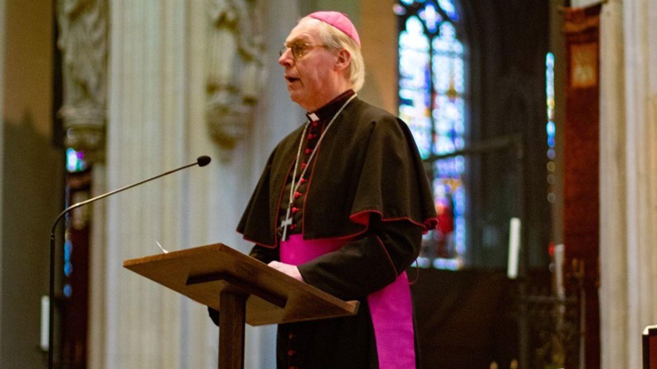 Bossche bisschop bidt voor coronaslachtoffers en zorgmedewerkers in estafettevorm