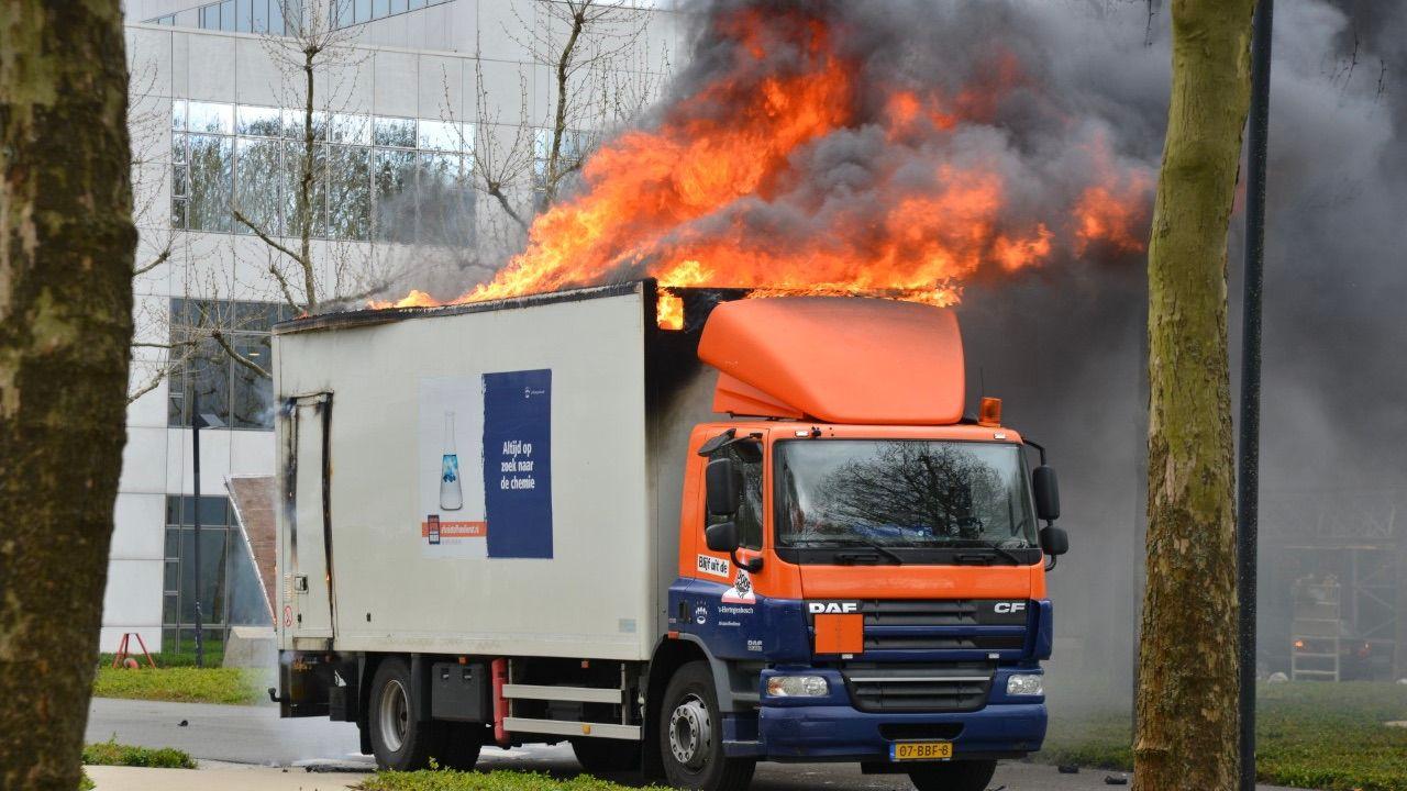 Vrachtwagen gemeente Den Bosch in lichterlaaie in Breda