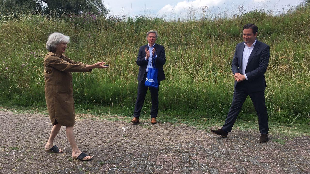 Inwoner van Maren-Kessel geprezen om 'haar' bloemrijke Maasdijk
