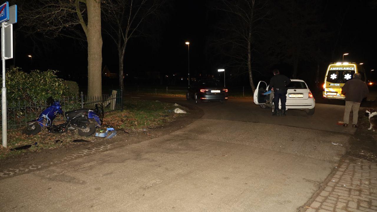 Aanrijding tussen auto en snorscooter in Volkel, scooterrijder naar ziekenhuis