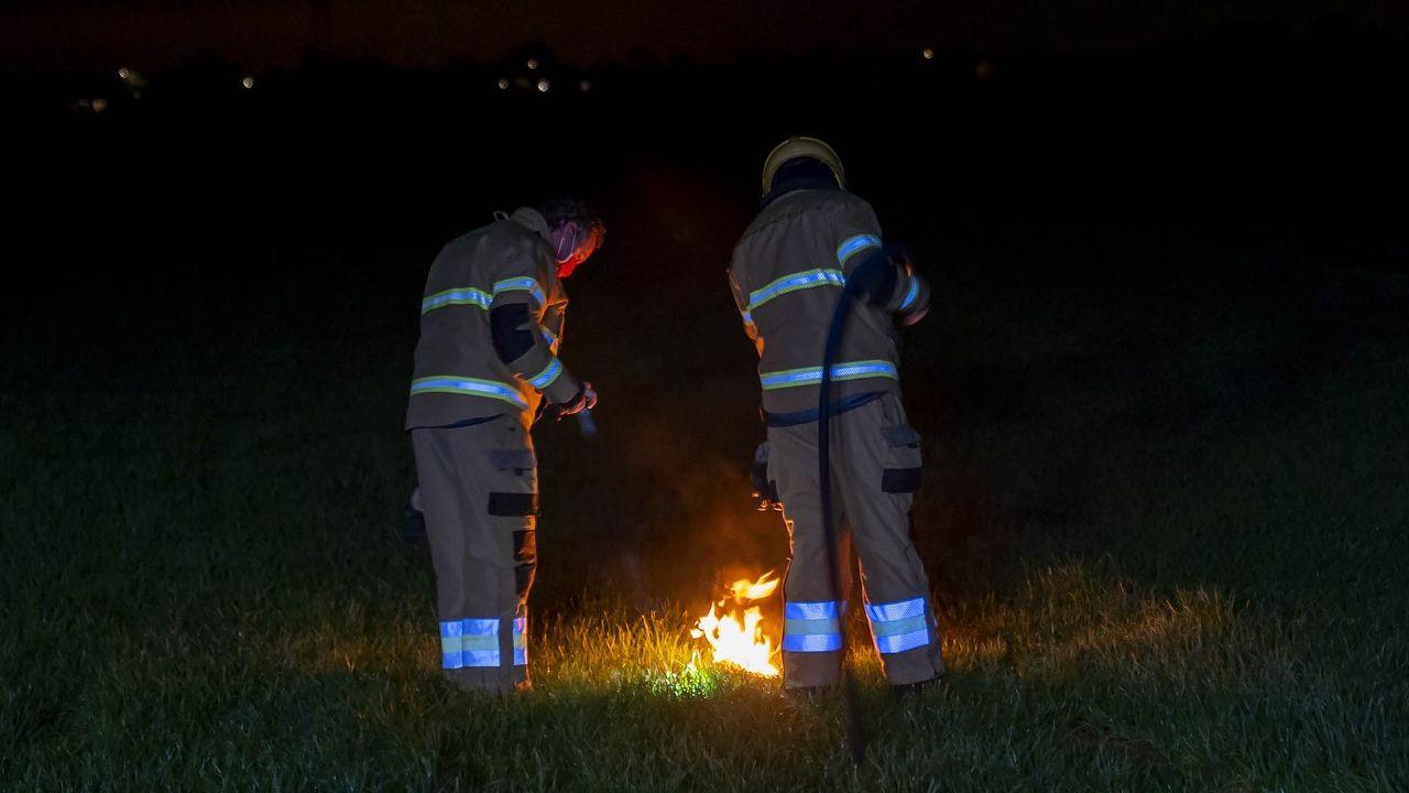 Benzine mogelijk in brand gestoken in weiland in Oss