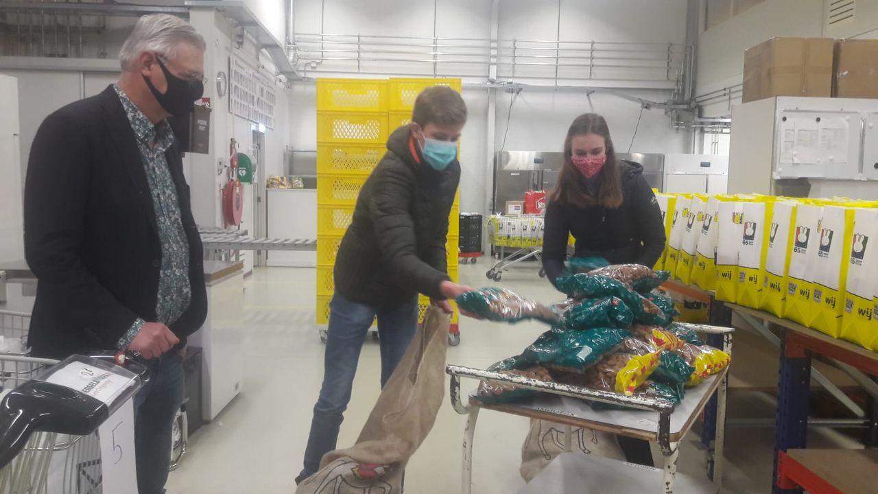 Leerlingenraad TBL doneert 25 kilo pepernoten aan de voedselbank