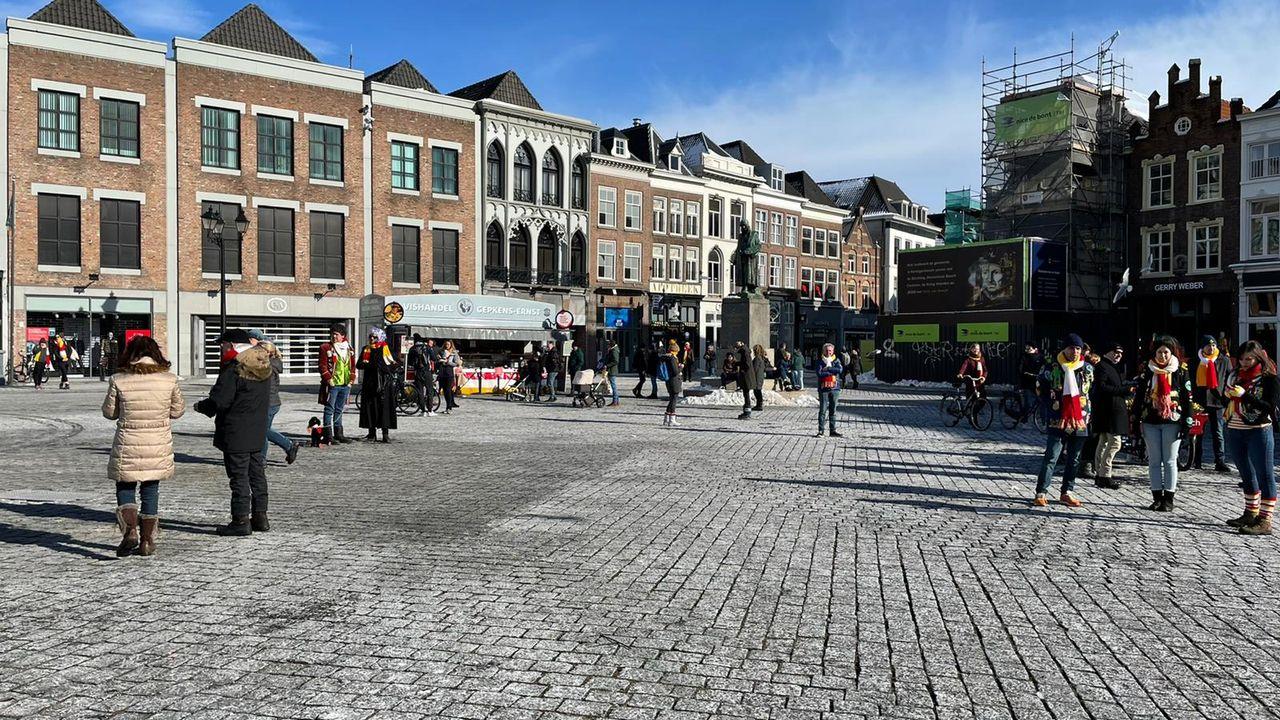 Geen Carnaval in Oeteldonk, toch feestneuzen op de Markt: politie spreekt mensen aan