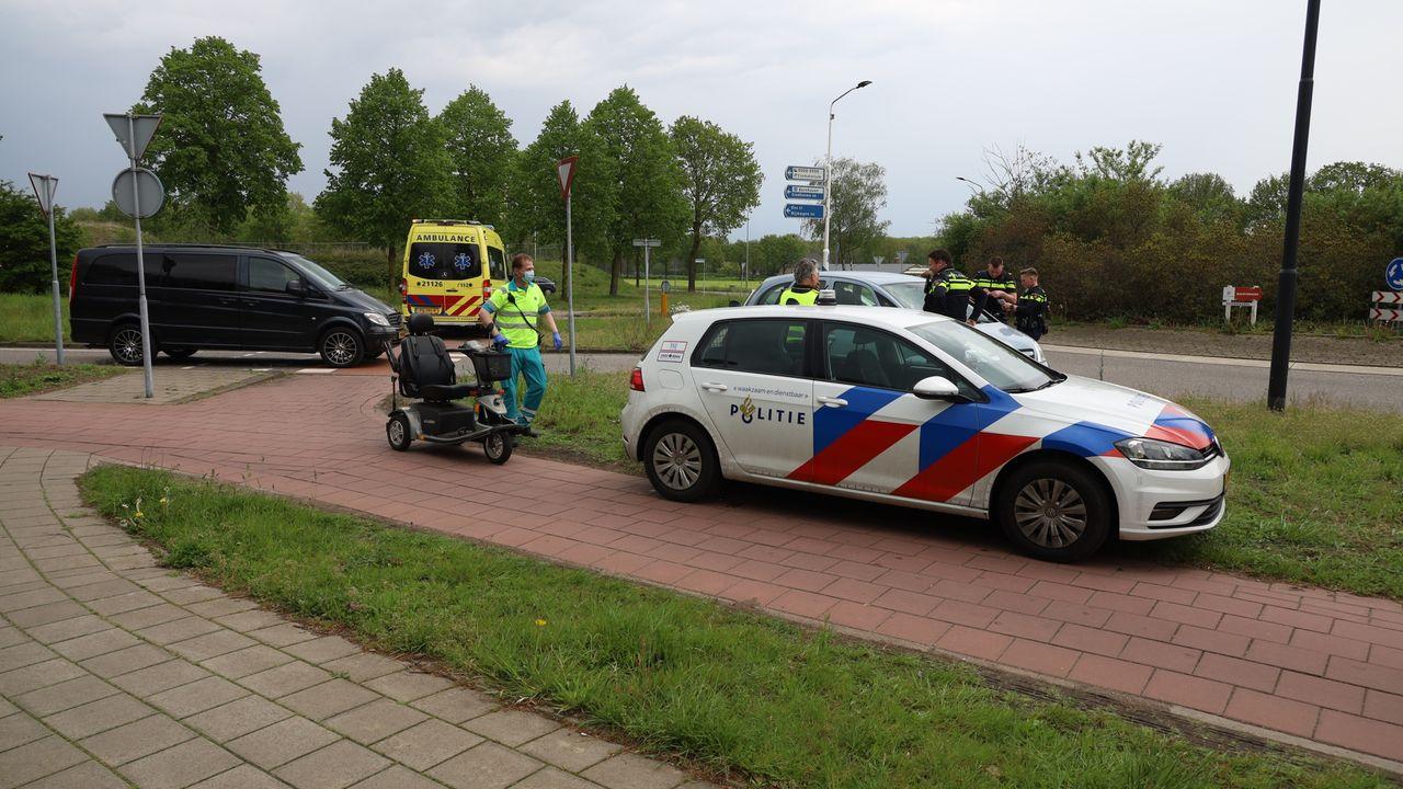Bestuurder scootmobiel naar ziekenhuis na botsing op rotonde