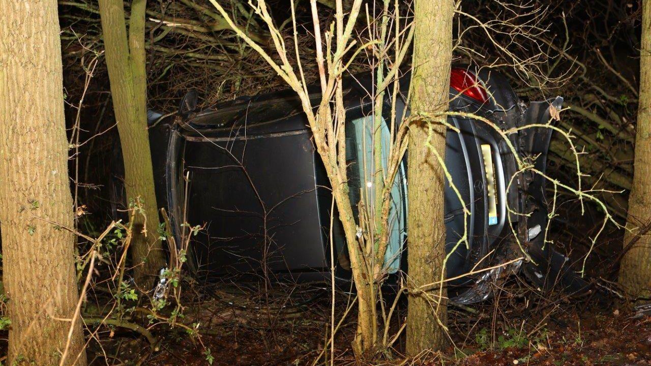 Auto schiet van A59 bij afrit Heesch, wordt 'uren later' gevonden tussen de bomen