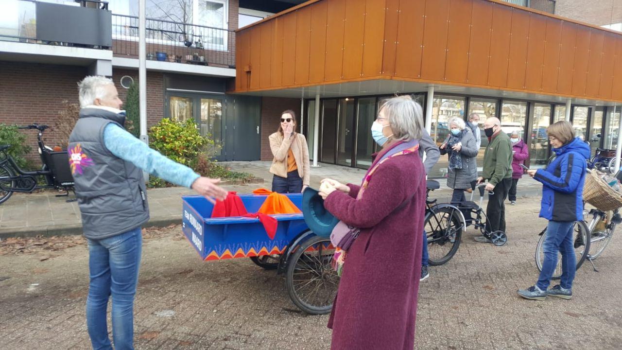 Cd's van LeesExpeditie bezorgd bij vrijwilligers en bewoners Sterrebosflat