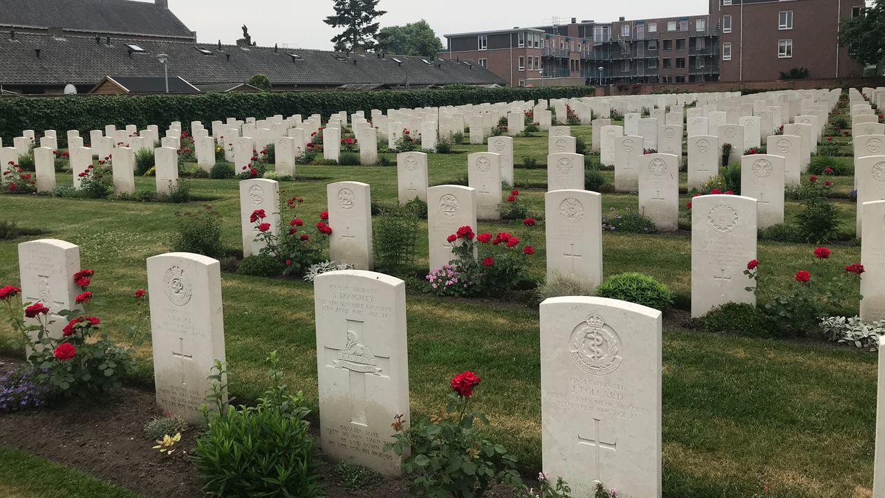 Uden herdenkt gesneuvelden op oorlogskerkhof