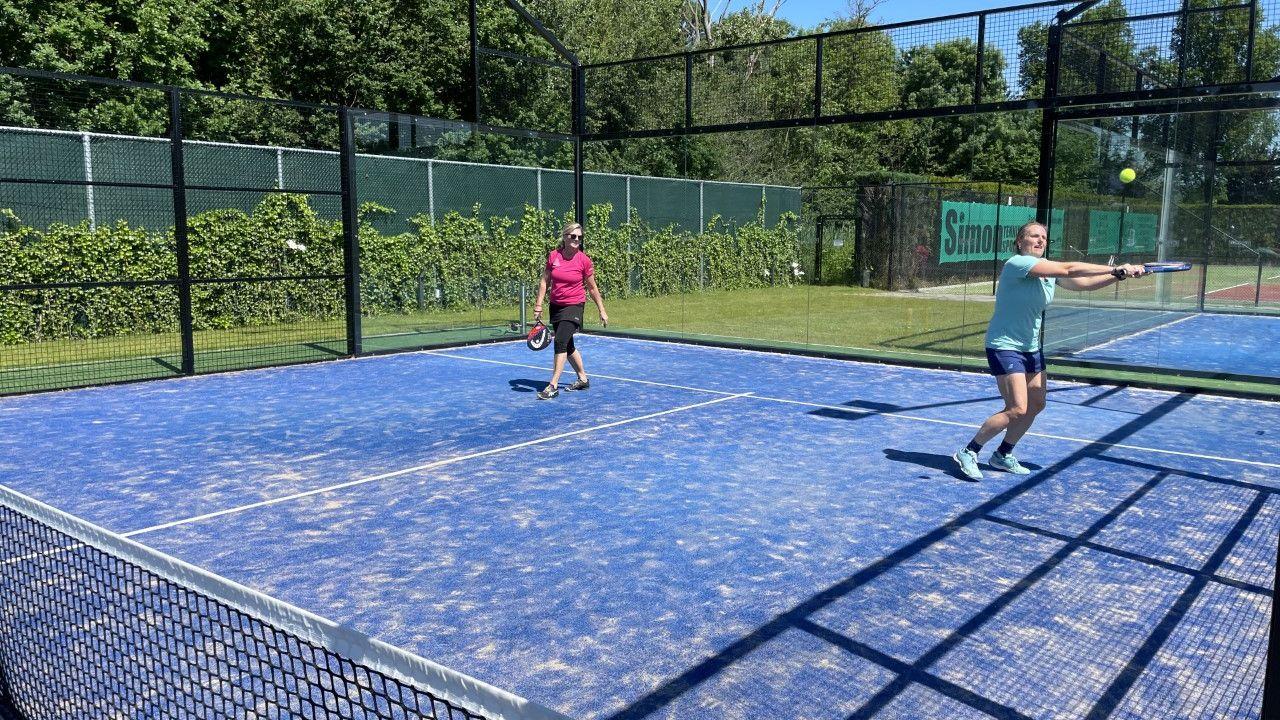 Steeds meer tennisbanen wijken voor padel, dé sporthype van 2021
