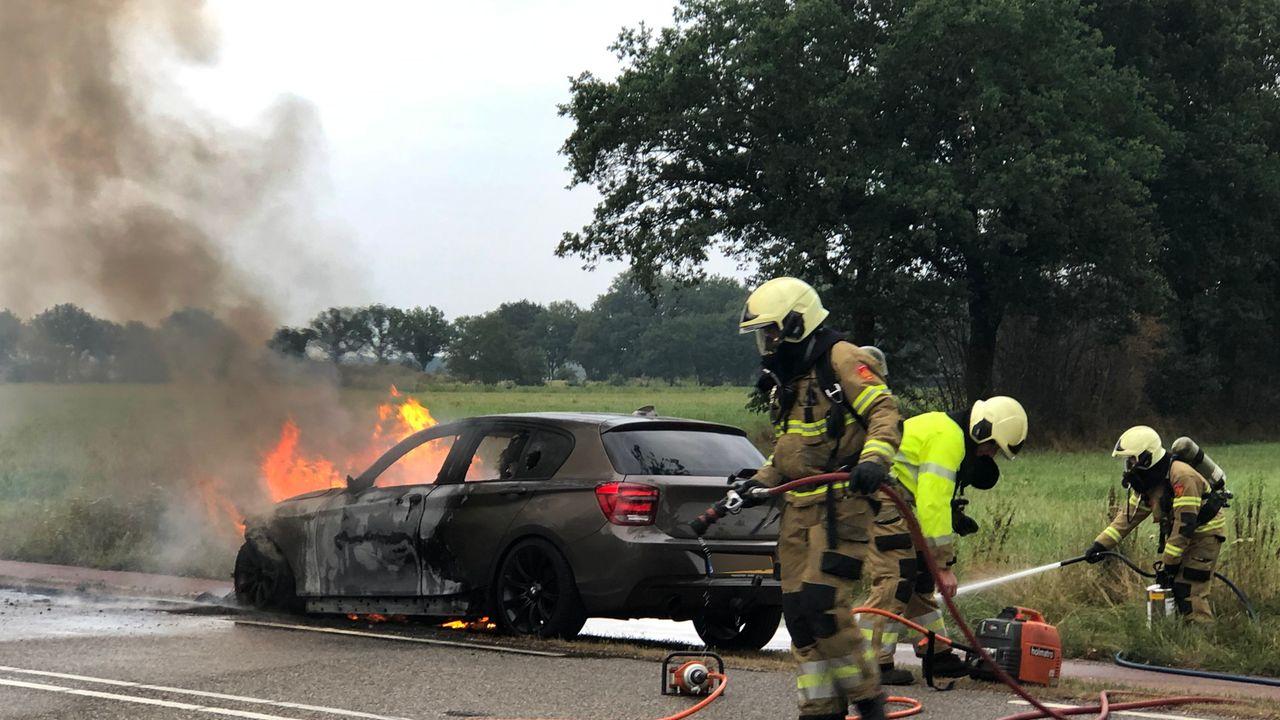 Auto vliegt tijdens het rijden in brand in Uden