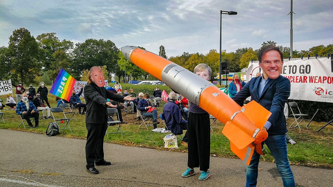 Actiegroepen protesteren bij vliegbasis Volkel: 'Weg met die nucleaire bommen!'