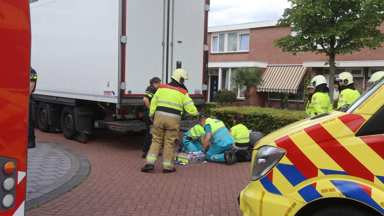 Vrachtwagen schept bij achteruitrijden brommer