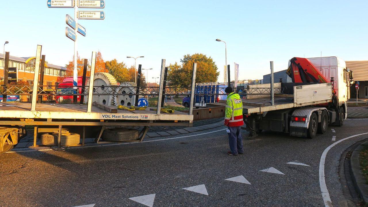 'Geknikte' vrachtwagen zorgt voor verkeershinder bij rotonde in Oss