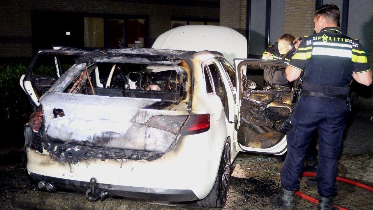 Auto brandt uit in Den Bosch
