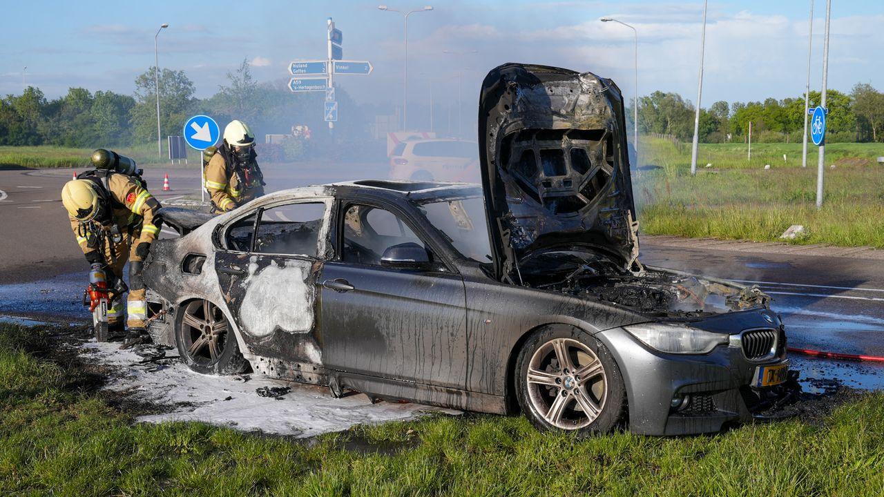 Auto gaat spontaan in vlammen op in Vinkel