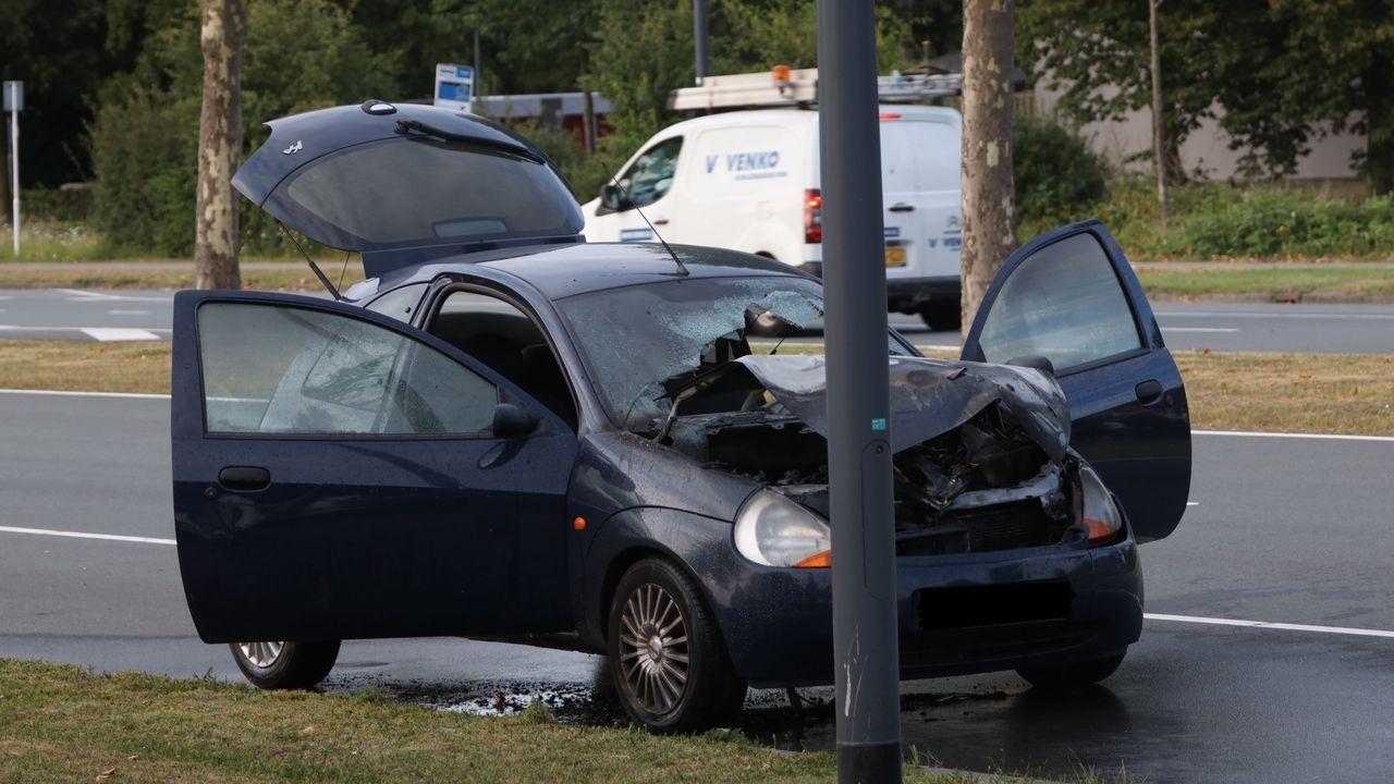 Auto vat vlam tijdens het rijden in Den Bosch