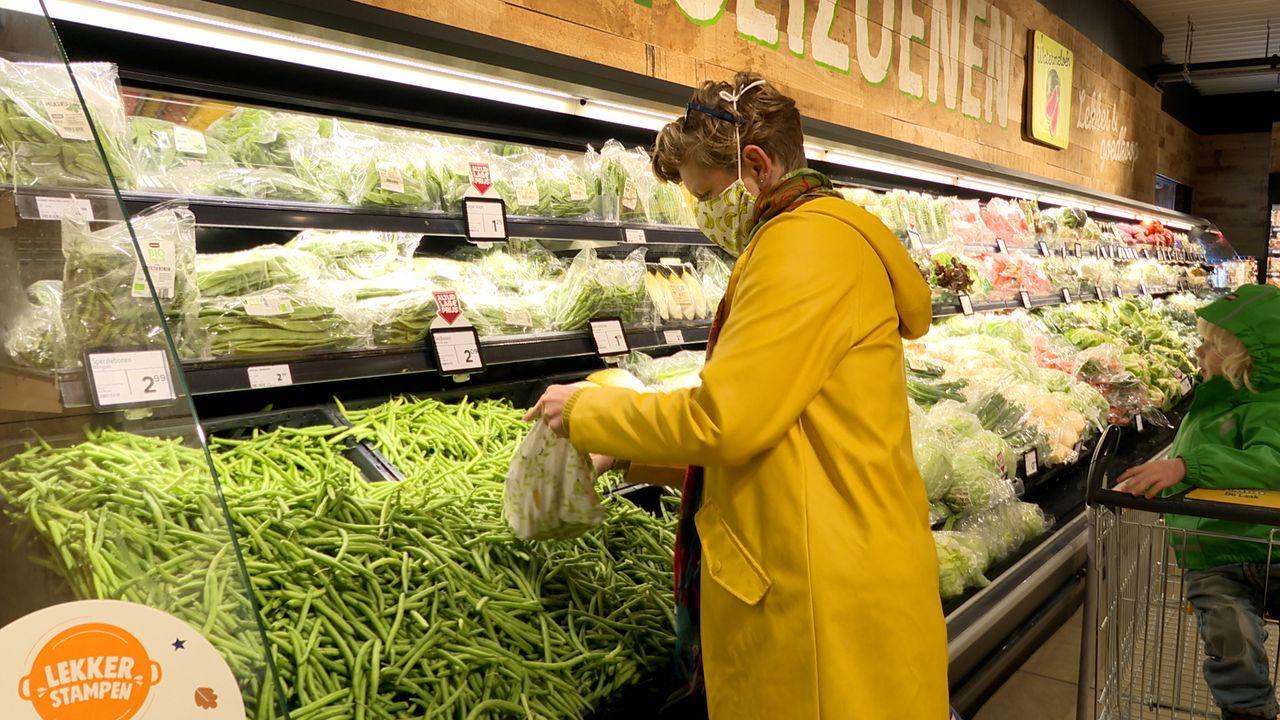 Mascha leert Udenaren plasticvrij te winkelen: 'doe broodjes of groenten in je eigen zakje'