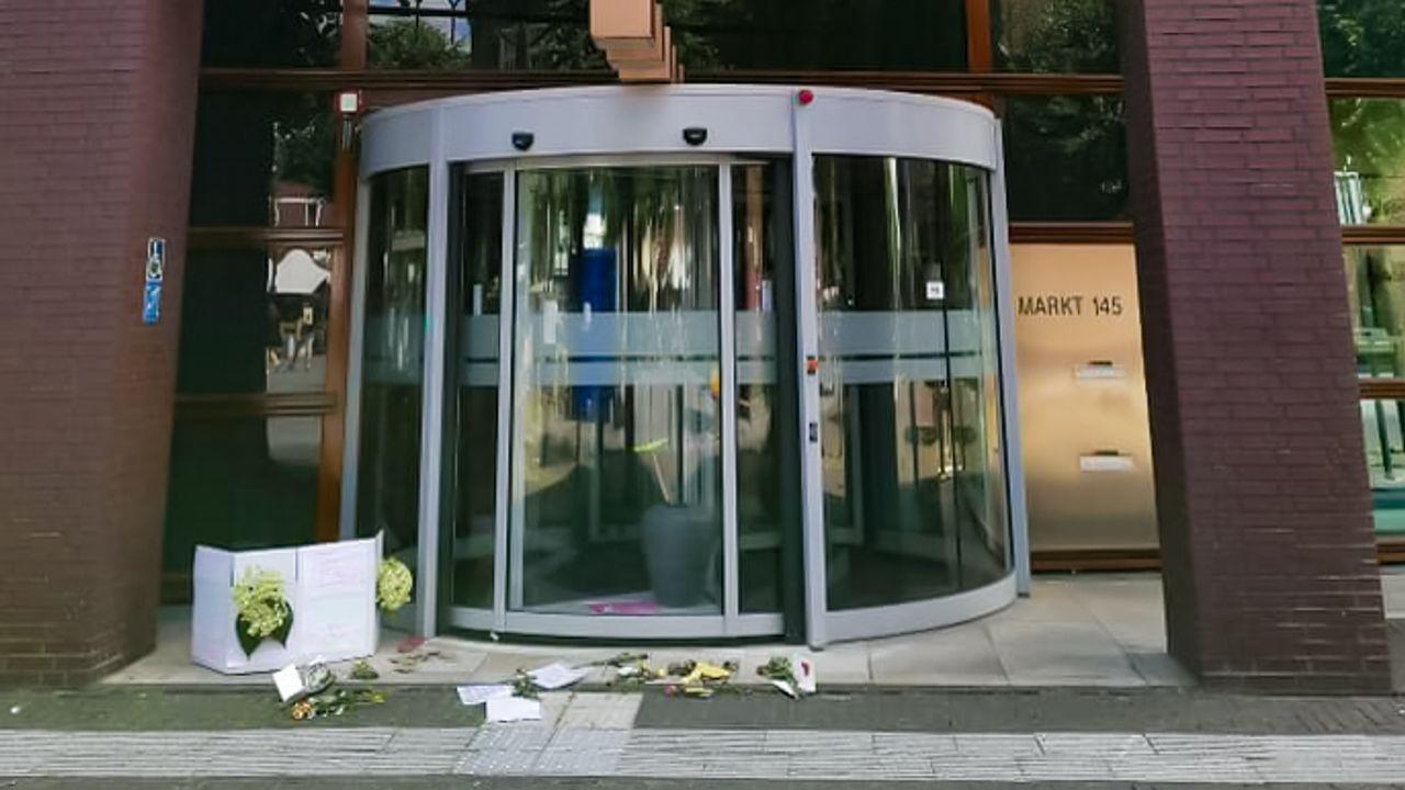 Bloemen en protestbrieven gelegd bij gemeentehuis Uden tegen coronamaatregelen