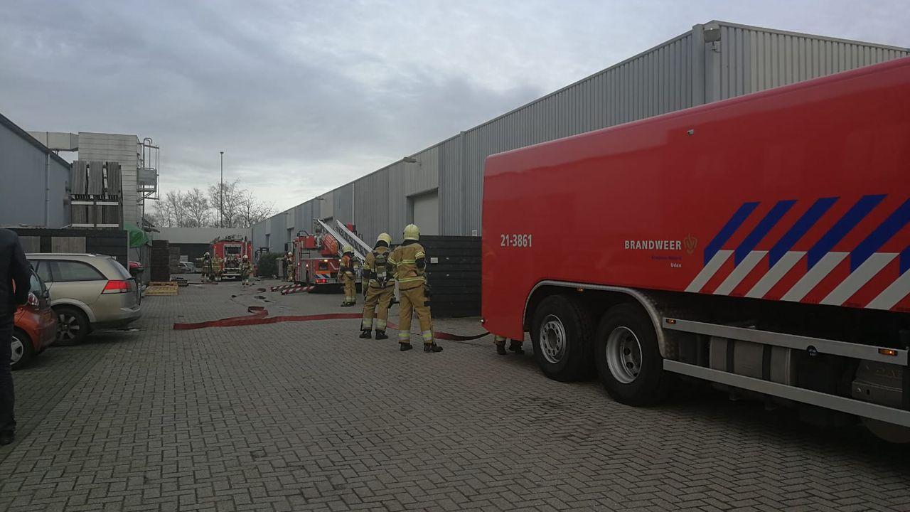 Afzuiger van houtverwerkingsbedrijf in Uden in brand