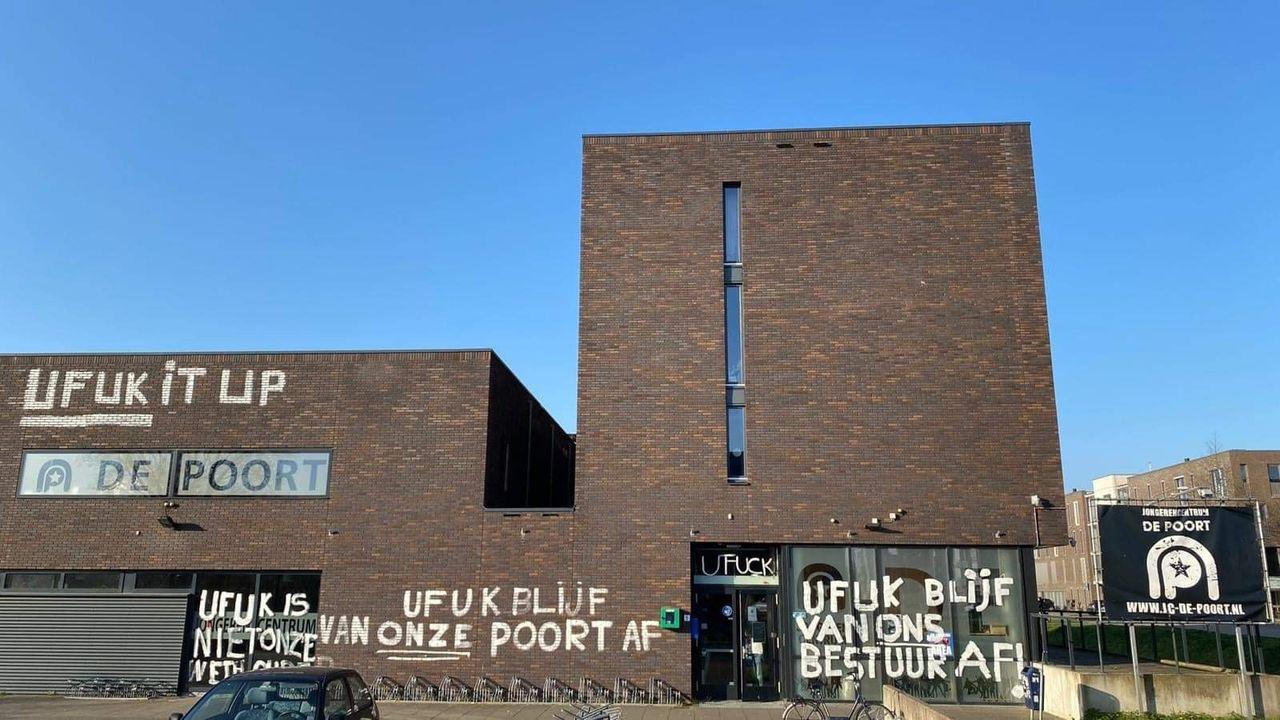 Wethouder Kâhya verbaal onder vuur genomen op gevel De Poort: 'Ufuk it up'