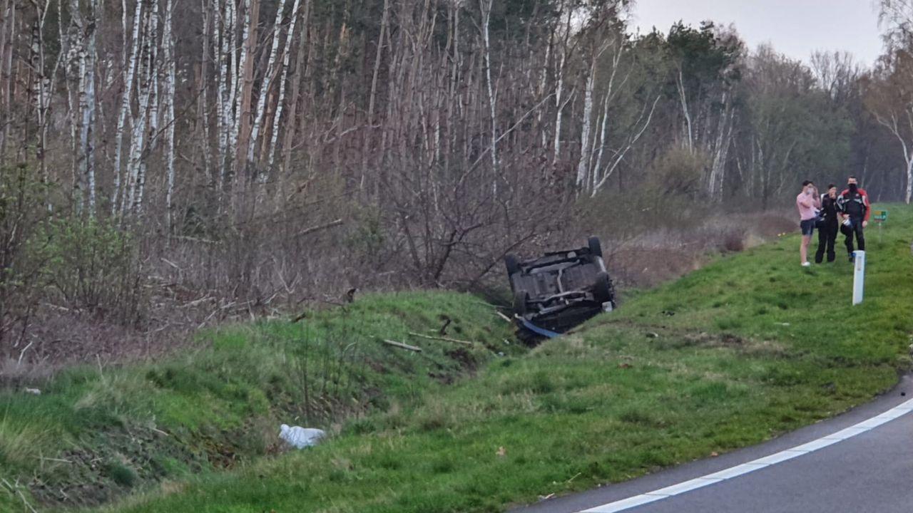 Botsing op Provinciale Weg Zuid in Reek, auto op de kop in sloot