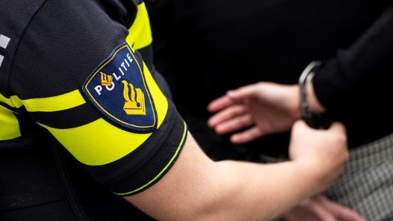 Dronken automobilist (20) rijdt rond met kruisboog in auto