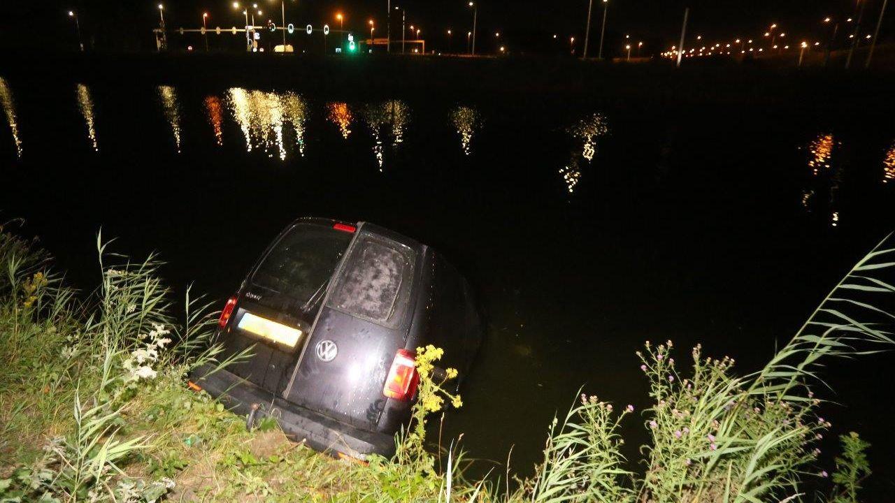 Auto zonder motorblok te water in Den Bosch